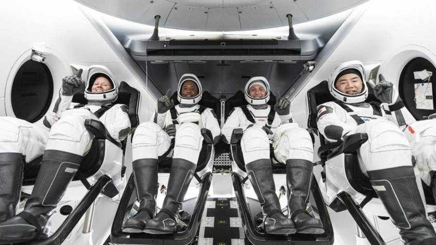 astronauts capsule crew spacex iss